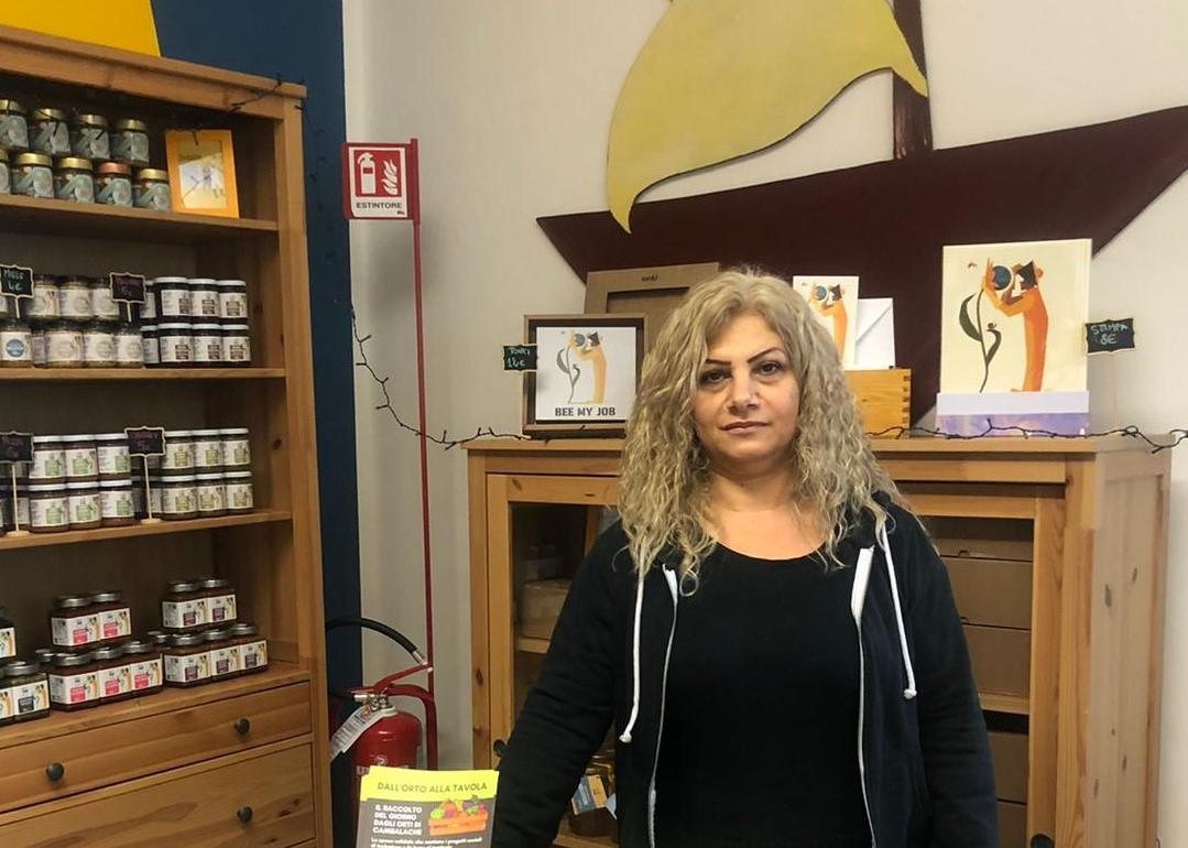 Nasrin – tirocinante, anima del negozio di Cambalache a Natale 2020